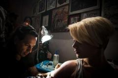"""Demostración de tatuajes, durante la inauguración de la muestra de carteles y tatuajes """"El Dulce Dolor"""", en la galería La Marca, en La Habana Vieja, Cuba, el 30 de enero de 2015. AIN FOTO/Abel ERNESTO/rrcc"""